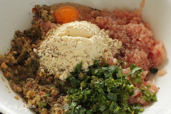 Куриное филе пропустить через мясорубку вместе с обжаренными овощами, добавить яйцо, рубленую зелень (укроп, петрушка, лук), кукурузную муку, соль и молотый перец по вкусу.