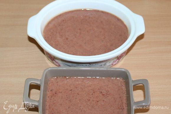 Смазать формочки сливочным маслом. Выложить фарш в форму и плотно закрыть фольгой (или закрыть крышкой). Налить в противень горячую воду и поставить в него форму с паштетом. Запечь на водяной бане в течение 30 минут. Оcтудить.