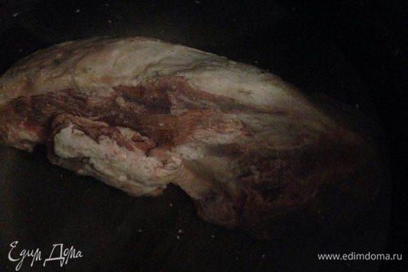 В кастрюлю или мультиварку налить воду и в кипящею воду положить куски с бараниной (баранина должна быть на кости), посолить.
