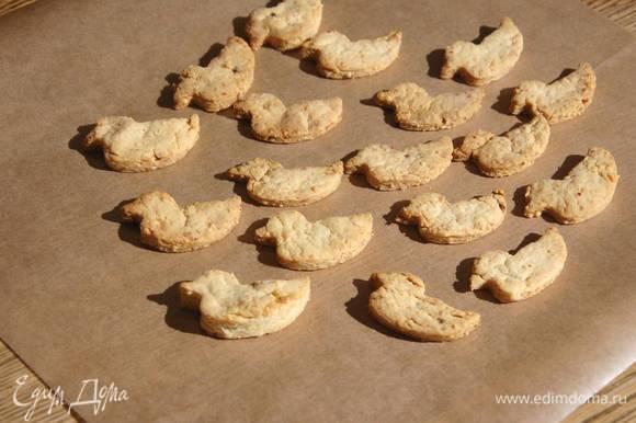 Выложить печенье на противень и выпекать в разогретой духовке 12‒15 минут.