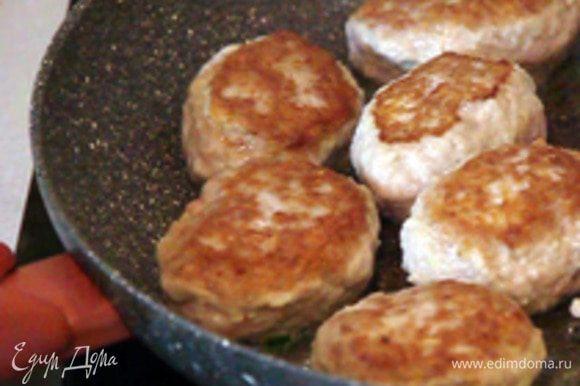 Сформировать котлетки и жарить на сковороде, смазанной растительным маслом 5-7 минут с каждой стороны до появления золотистой корочки. Приятного аппетита!