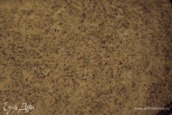 Вылить тесто в форму диаметром 20 см и выпекать в разогретой духовке примерно 20-30 минут при 180°С (все зависит от духовки, проверяем как обычно до сухой палочки). Готовый бисквит остудить на решетке, затем разрезать на два коржа.