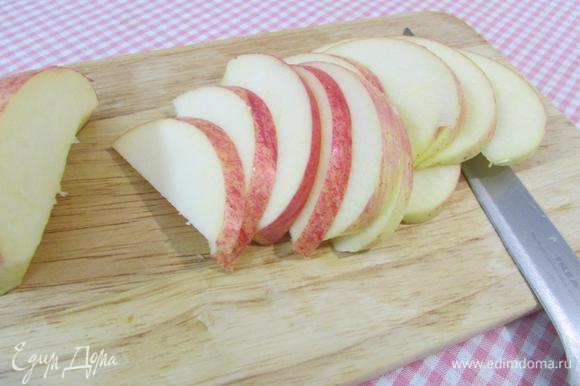 2 яблока порезать пластинками.