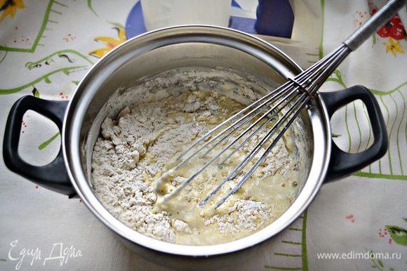 Добавьте соль, сахар, муку, замесите тесто для однородности.