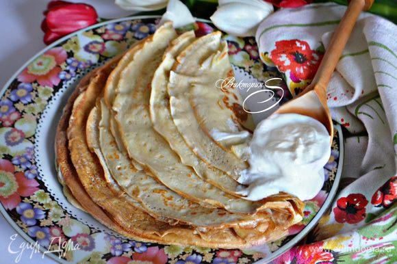 Готовые блинчики промажьте сливочным маслом. Приятного Вам аппетита и вкусной Масленицы!
