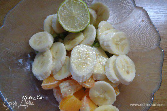 Банан почистим и нарежем кружочками. Сбрызнем все фрукты соком половинки лайма, чтобы они не потемнели. Лайм можно заменить лимоном. Но первый нежнее, мягче и свежее на вкус. К тому же, не забываем, что мы готовим блинчики для самого Кайзера)