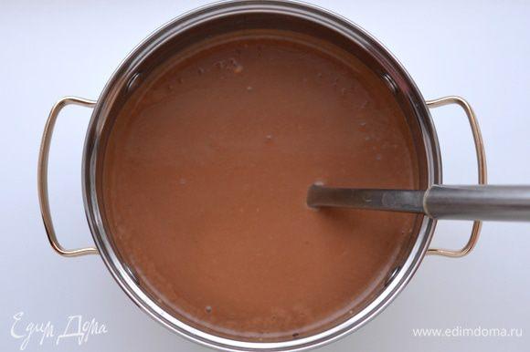 Влить шоколадную смесь в тесть. Хорошо взбить миксером.