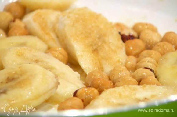 Разогреть в сковороде 1 ст. ложку сливочного масла, выложить бананы, посыпать коричневым сахаром и фундуком и все обжарить, так чтобы бананы закарамелизировались.