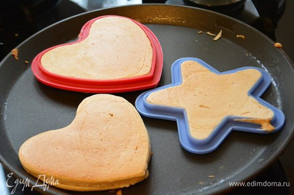 Сковороду разогреть и смазать сливочным маслом. Вылить тесто в формочки или просто выложить ложкой. Жарить с 2х сторон до золотистого цвета. Готовые панкейки смазать сливочным маслом.