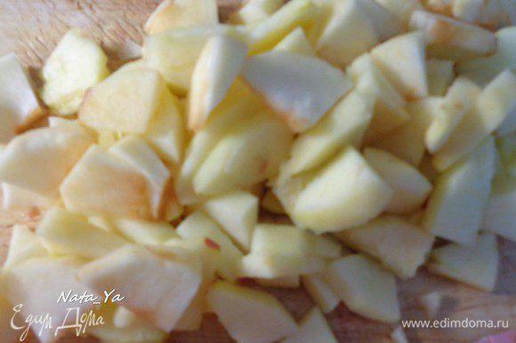 А пока займемся начинкой. Яблоки очистим от сердцевины и кожуры. Нарежем дольками и еще каждую дольку пополам. Я взяла 3 яблока, надо все-таки 4, если любите, чтобы начинки было побольше.