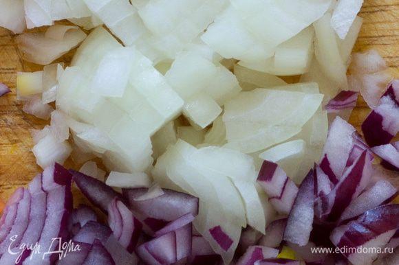 Мелко порубите репчатый лук. Помидоры нарежьте небольшими дольками. Сыр натрите на мелкой терке. Влейте немного оливкового масла в сковороду и поставьте на огонь.