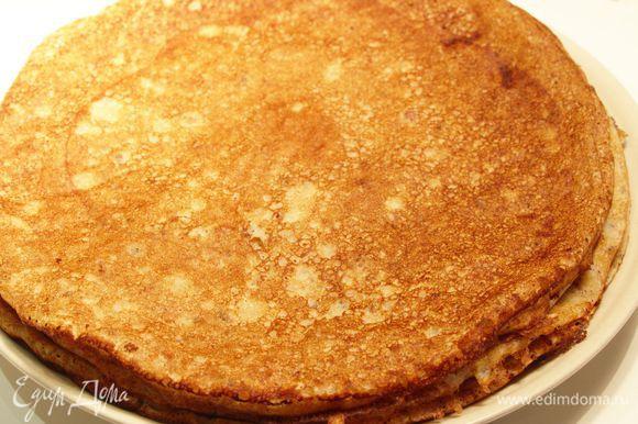 Печем блинчики на хорошо разогретой сковороде или сковородах. Всегда пеку блины на двух сковородках, иногда на 3, так быстрее :) Перед первым блином смазать сковороду маслом. Из этих ингредиентов получилось 14 блинчиков, при диаметре сковороды 22 см.