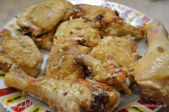 Курицу разрезаем на порционные куски. Обжариваем на растительном масле с 2х сторон до золотистой корочки. Выложить на тарелку и немного остудить.