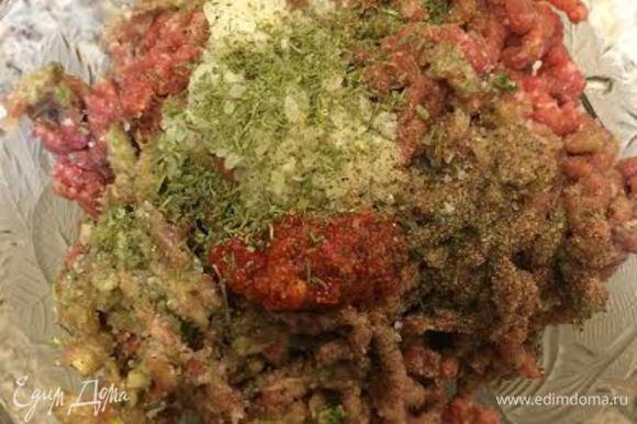 Кинзу, петрушку, 1 головку лука и чеснок пропустить через мясорубку, добавить в фарш. Рис, аджику и чабер добавить в фарш, посолить, поперчить и перемешать.