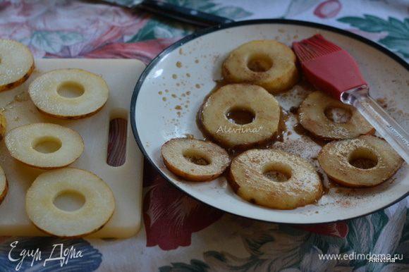 Груши сорт Бартлет или Бош. Нарезать кольцами, каждое грушевое колечко вырезать внутри маленькое колечко. Разогреть сковороду. Смазать маслом. В небольшом блюде смешать кленовый сироп с корицей. Выложить грушевые кольца в сироп. Смазать с обеих сторон с сиропом каждое кольцо.