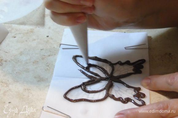Шоколад растапливаем. Из пергамента делаем трубочку, кончик срезаем и наносим шоколад по контуру. Я это делала впервые поэтому не судите строго.
