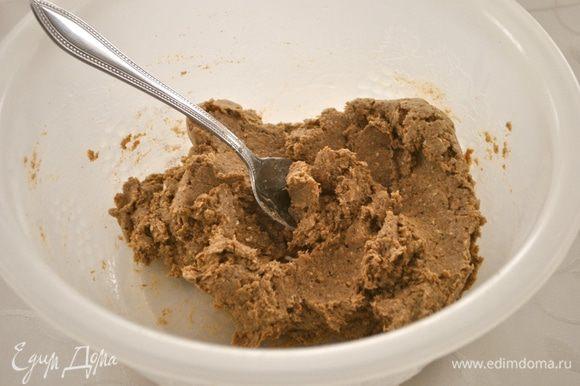 Добавляем воду. Тесто легко перемешивается ложкой. Затем добавляем масло и опять хорошо перемешиваем. Даем тесту отдохнуть 20 мин.