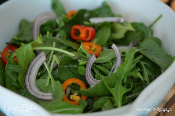 Лук красный нарезать тонко, сладкий перец нарезать соломкой или кольцами. Перемешать все с салатным миксом. Куриные грудки нарезать соломкой.