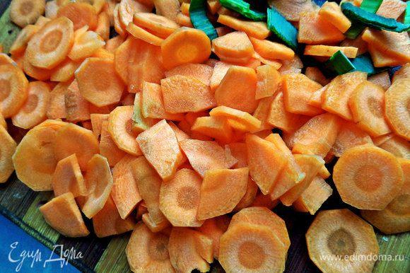 Морковь (моя вывесила 130 г) нарезать тонко.