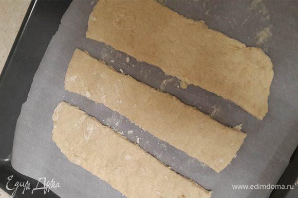 Раскатываем тесто и выпекаем в любой желаемой форме. Я нарезала на полоски, чтобы потом нарезать на прямоугольники. Так будет меньше суховатых краев. Выпекаем при 180°С около 20 минут. Чтобы начало зарумяниваться тесто.
