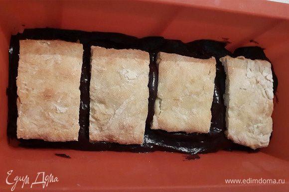 Теплую глазурь чередуем с кусочками печенья.
