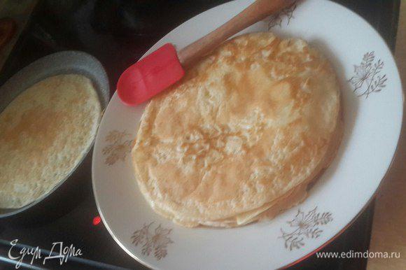 Пожарьте блины: тонким слоем налейте на сковороду тесто и выпекаете по 30 секунд примерно на каждой стороне. Я открыла для себя все прелести противопригарной блинной сковороды. Так как в массе уже есть масло, вы можете жарить абсолютно без него. Если вы выпекаете на чугунной сковороде, то лучше налить еще немного масла в кружку. Почистить одну сырую картофелину, разрезать ее пополам, проколоть вилкой и плоской стороной смочить в кружке с маслом и смазать сковороду картошкой. Таким образом, сковорода смазана маслом, при этом слегка и блин не будет при жарке в нем плавать! Перед каждым блином смазывайте таким способом сковороду и они у вас получатся румяные и красивые!
