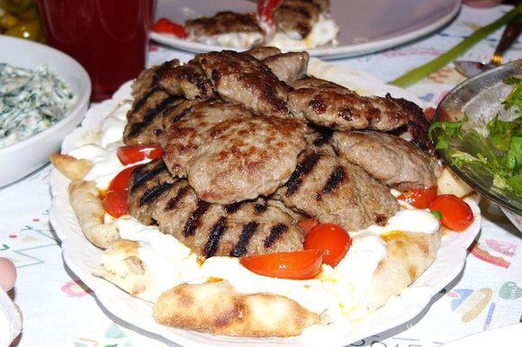 Украшаем кусочками перца. Лепешка остается внизу, пропитывается соками и ароматами. По турецкой кулинарной традиции всю эту красоту полагается полить растопленным сливочным маслом. Но я эту традицию проигнорировала. Вы полагайтесь на собственный вкус. Порционно котлеты подаются вместе с лепешкой, пропитанной йогуртом, и овощами. Приятного аппетита! Радуйте своих близких!