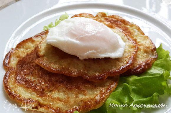 На оладьи выкладываем яйцо. У В. Пискунова оладьи еще поливаются растопленным сливочным маслом. Но те кто, как я, на правильном питании в данный момент, прекрасно обойдутся без масла. Оладьи и так масляные, очень нежные.