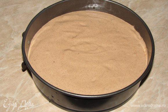 Форму диаметром 20 см, застелить пекарской бумагой, вырезав по форме круг. Смазать бумагу сливочным маслом, бортики смазывать не нужно. Вылить тесто. Немного прокрутить форму вокруг своей оси, чтобы тесто легло ровнее.