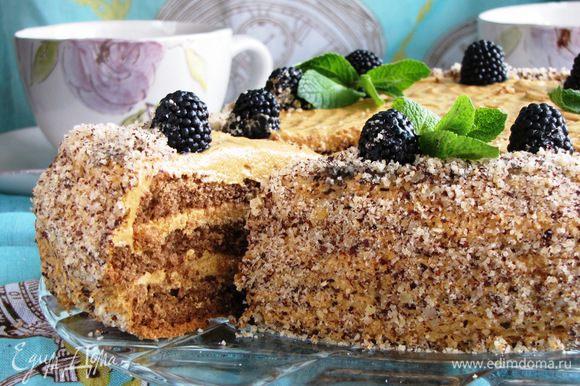 Отрезаем кусочек тортика...он очень мягкий.
