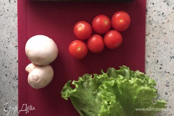 Подготовим овощи для сборки бургера. Для данного рецепта можно взять как помидоры черри, так и нарезанные тонкими ломтиками томаты, но в первом случае бургер будет смотреться более стильно:)