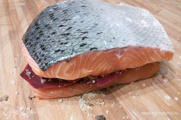 Посыпать остальной смесью специй и накрыть второй половиной рыбы. Закрыть плёнку с трёх сторон, влить джин (у меня водка), закрыть рыбку со всех сторон плёнкой, положить в удобную форму.