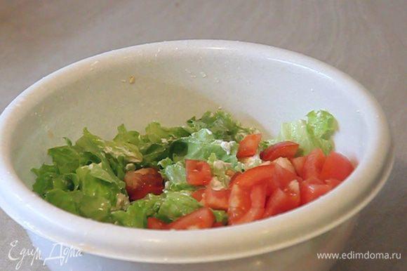 Затем добавляем порезанные кубиками помидоры. Еще раз легко перемешиваем.