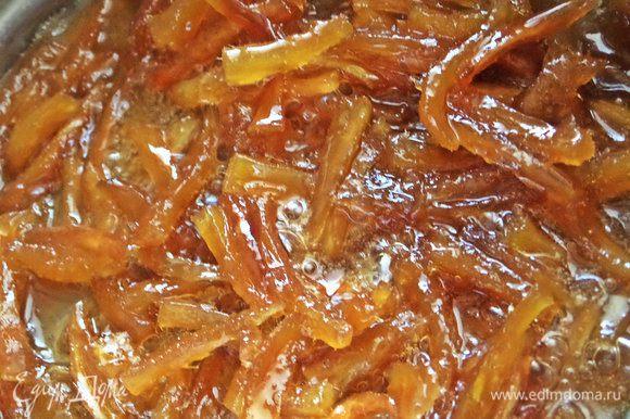 Снова варить 1 час, помешивая. В конце лучше не отходить далеко от плиты, следить, чтобы не подгорел сироп.