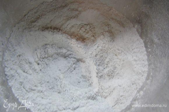 Хорошо смешиваем муку с углем, добавляем соль, я замешивала тесто в процессоре.