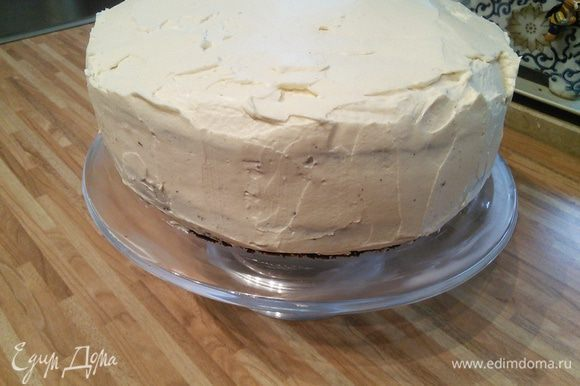 Смазать кремом торт со всех сторон. Поставить в холодильник.