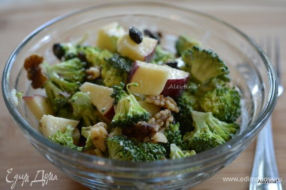 Подаем к столу. Посыпаем салат орехами как грецкий или пекан.