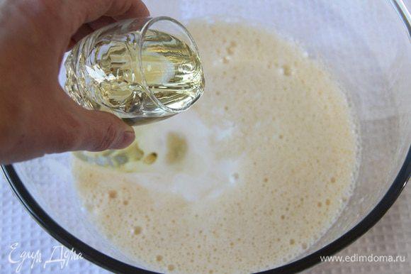 Добавить пахту (или кефир), затем растительное масло, взбить.