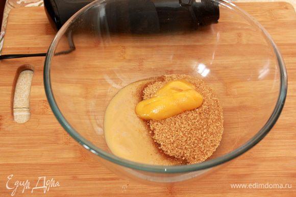 Смешайте в миске мед, сахар и яблочное пюре.