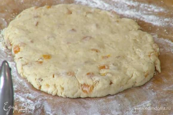 Рабочую поверхность присыпать оставшейся мукой, выложить тесто и сформировать пласт толщиной 2 см.