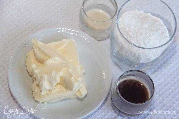 Для крема понадобится 150 г сливочного масла (можно и меньше, граммов 120), 2 ст. л. свежесваренного кофе, 2-3 ст. л. ароматного алкоголя (коньяк, амаретто, кофейный ликер), 100 г сахарной пудры. Взбить ингредиенты в пышный крем.