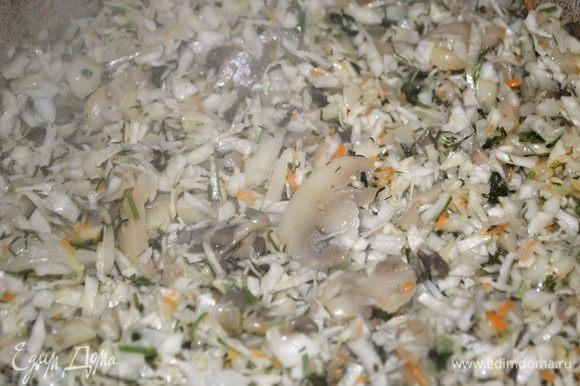 Пока тесто отдыхает займемся начинкой. В сковороду наливаем масло, отправляем туда грибы до полного выпаривания влаги. Квашенную капусту мелко режем и оправляем к грибам. Слегка обжариваем.