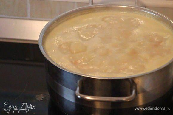 Уменьшаем уровень подогрева плиты и оставляем готовиться со сливками еще на 3 минуты.