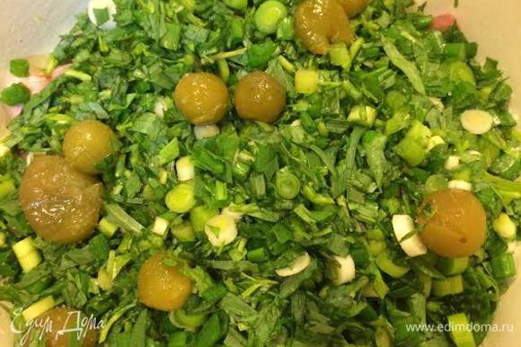 Зелень тоже разделить на 3 части. Выложить на мясо зелень и пару штук ткемали, посолить.