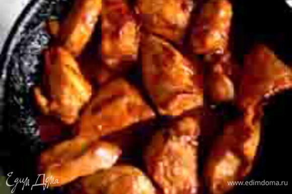 """На сковородку с курицей добавить кисло-сладкий соус, не разбавляя водой (я использовала соус от """"Сэн-сой""""), 2 столовые ложки красного корейского соуса """"Кочудян"""" и немного соевого соуса. Вместо курицы вы можете использовать бекон и сосиски или любую другую любимую начинку."""