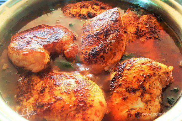 Положите куриные грудки, обжаренные ранее, в приготовленный соус, накройте вашу емкость фольгой или крышкой, и поставьте курицу в духовку (200°C) еще минут на 30-40. Приятного аппетита! Варианты гарнира к такому блюду могут быть разнообразные, но я особенно люблю киноа с овощами или кус кус.