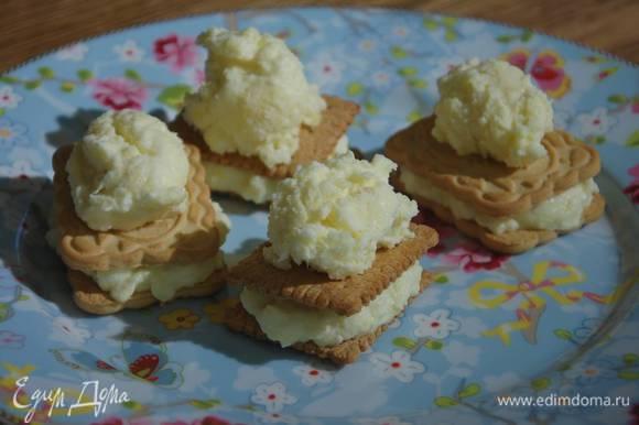 На одно печенье выложить 1‒2 ч. ложки застывшего мороженого и накрыть вторым печеньем.