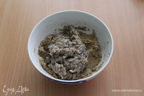 Лук и чеснок измельчить и обжарить на растительном масле, добавить грибы. Затем мелко измельчить и добавить к чечевице. Перемешать.