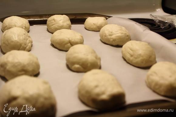 Выкладываем их на противень, слегка обваляв в муке. И снова накрываем пленкой и ставим на расстойку на 1,5-2 часа. Хорошо поднявшиеся булочки надрезаем ножом сверху и отправляем в горячую духовку (260°C). Пекутся булочки с паром, то есть вниз духовки стоит поместить емкость с водой.