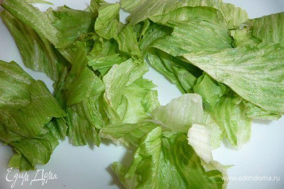 Лист салата нарвать.